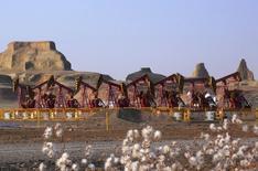 Станки-качалки на месторождении Карамай компании PetroChina в Синьцзян-Уйгурском автономном районе КНР 4 ноября 2007 года. Цены на нефть снизились до многомесячных минимумов после сообщения о падении китайского экспорта. REUTERS/Stringer