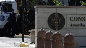 """Турецкая полиция у здания консульства США в Стамбуле 10 июля 2008 года. Двое неизвестных открыли огонь по консульству США в Стамбуле в понедельник, а незадолго до этого 10 человек пострадали в результате взрыва у полицейского участка также в столице Турции, несколько недель назад объявившей """"войну террору"""". REUTERS/Stringer"""