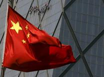 Una bandera de China en un distrito comercial en Beijing, 20 de abril de 2015. China está bajo una creciente presión para estimular más su economía después de decepcionantes datos divulgados el fin de semana que mostraron otra fuerte caída en los precios a los productores y una sorpresiva baja de las exportaciones. REUTERS/Kim Kyung-Hoon