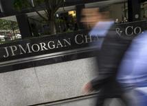 Personas pasan junto a la sede corporativa de JP Morgan Chase & Co. en Nueva York, 20 de mayo de 2015. JP Morgan redujo su proyección para el precio del petróleo este año y el próximo, citando aumentos en la producción, y dijo que es posible que el crudo toque nuevos mínimos en el 2015 debido a un auge en el mantenimiento estacional de refinerías en octubre. REUTERS/Mike Segar