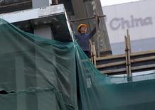 Un hombre trabaja en un sitio de construcción en un distrito financiero en Beijing, China, 7 de julio de 2015. El máximo órgano de planificación económica de China dijo el lunes que el mercado inmobiliario probablemente continuará mejorando en el segundo semestre de este año, una buena señal para la debilitada economía. REUTERS/Kim Kyung-Hoon