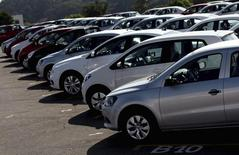 Vehículos estacionados en la planta de General Motors en Sao Jose dos Campos, Brasil, feb 23 2015. Una huelga paralizó el lunes los trabajos en una planta de General Motors en Brasil, mientras en una cercana fábrica de camiones Daimler confirmó futuros recortes de empleos, en un momento de ebullición en las tensiones laborales ante una drástica desaceleración del mercado automotriz local.  REUTERS/Roosevelt Cassio