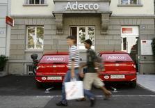 Adecco a fait état d'une hausse légèrement moins marquée que prévu de son bénéfice net du deuxième trimestre à 177 millions d'euros, ce qui n'empêche pas le numéro un mondial du travail temporaire de confirmer ses prévisions pour l'ensemble de 2015. /Photo d'archives/REUTERS/Arnd Wiegmann
