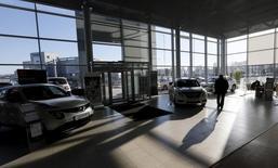 Покупатели в салоне Nissan и Datsun в Красноярске 30 марта 2015 года. Новый виток девальвации рубля может привести к скачку цен на автомобили в России и к очередным отрицательным рекордам продаж в ближайшие месяцы, считают участники рынка и эксперты. REUTERS/Ilya Naymushin