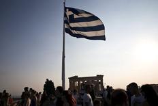 Grecia y sus acreedores internacionales alcanzaron el martes un nuevo acuerdo de rescate de varios millones de euros, dijo un responsable oficial del Ministerio de Finanzas, lo que mantendrá al país en la zona euro y evitará su bancarrota. En la imagen, una bandera griega en Atenas el 26 de julio de 2015.  REUTERS/Ronen Zvulun