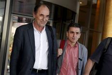 Ministros gregos Stathakis (Economia) e Tsakalotos (Finanças) deixam hotel em Atenas. 11/8/2015  REUTERS/Alkis Konstantinidis