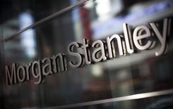 """El logo de Morgan Stanley, en la sede de la compañía en Nueva York, 20 de enero de 2015. Morgan Stanley rebajó sus previsiones para los precios de los metales en 2015, citando la """"sorprendente"""" caída de los valores en julio en medio de una ola de ventas en el mercado bursátil chino. REUTERS/Mike Segar"""