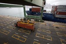 Les transporteurs maritimes chinois Cosco et China Shipping Group négocient en vue d'une fusion. Celle-ci donnerait naissance au numéro quatre mondial du transport maritime de conteneurs derrière le danois APM Maersk, l'italien MSC et le français CMA CGM. /Photo d'archives/REUTERS/Khaled Abdullah