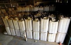 Un trabajador revisa unos sacos de café en una planta en Espirito Santo do Pinhal, Brasil, abr 8 2015. La cosecha de café de Brasil en el 2015/2016, que actualmente está en su punto más alto, alcanzaría un rendimiento de 44,17 millones de sacos de 60 kilos, un alza de 1,8 por ciento respecto a una proyección del mes anterior, dijo el martes el oficial Instituto Brasileño de Geografía y Estadística (IBGE).   REUTERS/Paulo Whitaker