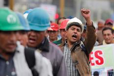 Imagen de archivo de unos mineros de Doe Run en una jornada de protestas en Lima, mayo 3 2011. Una persona murió y al menos unas 50 resultaron heridas el martes en Perú durante enfrentamientos entre la policía y trabajadores mineros del paralizado complejo metalúrgico de Doe Run, que reclaman al Gobierno flexibilizar las normas para su reactivación.  REUTERS/Enrique Castro-Mendivil