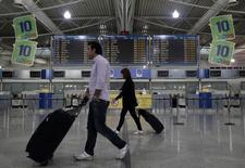 Passageiros no aeroporto Eleftherios Venizelos, em Atenas.   05/10/2011   REUTERS/Yiorgos Karahalis