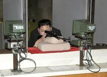 """Лидер КНДР Ким Чен Ын на заводе, производящем патроны для спортивной стрельбы, в Пхеньяне 23 февраля 2012 года. Вице-премьер Северной Кореи Чхве Ён Гон был расстрелян после того, как высказал недовольство решениями, принимаемыми лидером страны Ким Чен Ыном, сообщило южнокорейское новостное агентство """"Ренхап"""" со ссылкой на неназванные источники. REUTERS/KCNA"""