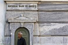 """Un hombre esperando a que el Banco Nacional de Grecia abra, en Atenas, Grecia, 20 de julio de 2015. Los fondos iniciales de rescate para bancos griegos serán colocados en una cuenta especial, no en sus hojas de balances, y los prestamistas recibirán nuevo capital sólo después de que se concluya una """"prueba de estrés"""" a fines de octubre, dijeron a Reuters varias fuentes el miércoles. REUTERS/Ronen Zvulun"""