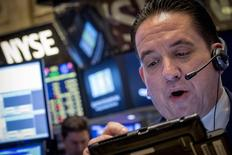 Operadores trabajando en la Bolsa de Nueva York, 11 de agosto de 2015. Las acciones abrieron con caídas el miércoles por segunda sesión consecutiva en la bolsa de Nueva York luego de que China decidió debilitar aún más a su moneda, aumentando las preocupaciones sobre una desaceleración económica mundial. REUTERS/Brendan McDermid