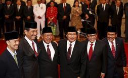Novos ministros, que são parte da reforma de gabinete do presidente Joko Widodo, no palácio presidencial, em Jacarta.    12/08/2015   REUTERS/Darren Whiteside