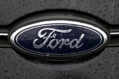 El logo de Ford en una planta de la firma en Genk, Bélgica, dic 17 2014. Ford Motor Co dijo el miércoles que comenzará la construcción de sus camiones comerciales F-650 y F-750 en una planta en el área de la ciudad estadounidense de Cleveland, trasladando por primera vez su producción fuera de México.     REUTERS/Francois Lenoir