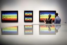"""Un empleado de galería mira el """"Fraunhofer Lines 001"""" de la serie """"Fraunhofer Lines"""" de 2015 realizada por el artista británico James Bridle para la exhibición  """"The Glomar Response"""" en la Nome Gallery de Berlin, Alemania, el 11 de agosto de 2015. El artista y activista británico James Bridle busca conmocionar a Alemania con una obra en la que explora los secretos más oscuros de los estados, las cortinas de humo y la omisión de información. REUTERS/Stefanie Loos"""
