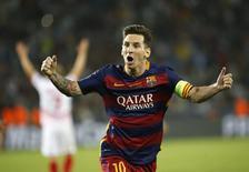 Lionel Messi, do Barcelona, comemora gol marcado por seu companheiro de equipe Pedro durante a final da Supercopa da Europa em Tbilisi, na Geórgia. 11/08/2015 REUTERS/David Mdzinarishvili
