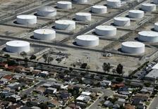 Жилые дома рядом с нефтяным комплексом Shell в городе Карсон, штат Калифорния. 5 августа 2015 года. Нефть подорожала в четверг благодаря снижению запасов в США и рекордному объему экспорта дизельного топлива из Китая, но опасения по поводу крупнейшей экономики Азии по-прежнему тормозят ее рост. REUTERS/Mike Blake