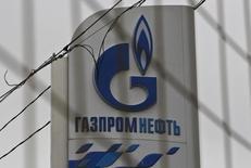 Стела на АЗС Газпромнефти в Москве. 12 ноября 2013 года. Нефтяное крыло Газпрома - компания Газпромнефть увеличила чистую прибыль по МСФО во втором квартале 2015 года почти в полтора раза в годовом выражении в основном благодаря доходам от курсовых разниц и росту объема продаж через премиальные каналы. REUTERS/Maxim Shemetov