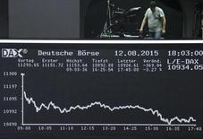 Un hombre parado en un balcón sobre el tablero DAX en la Bolsa de Fráncfort, Alemania, 12 de agosto de 2015. Las bolsas europeas rebotaban el jueves en las primeras operaciones después de un repunte tardío en Wall Street y las subidas en Asia, tras los esfuerzos realizados por el banco central de China para frenar el fuerte descenso del yuan que ha sacudido a los mercados internacionales. REUTERS/Remote/Pawel Kopczynski
