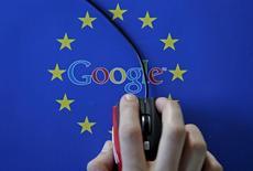 Ilustración fotográfica de una mujer con un mouse sobre el logo de la UE, tomada en Sarajevo, abril de 2015. Google tiene dos semanas más de plazo para responder ante la Unión Europea por los cargos de abuso de su poder de mercado en una docena de países del bloque y evitar así una posible multa multimillonaria. REUTERS/Dado Ruvic