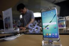 """Un cliente detrá de un celular Samsung Galaxy S6, en una tienda en Seúl, Corea del Sur, 7 de julio de 2015. Samsung Electronics presentó el jueves un nuevo """"phablet"""" Galaxy Note y una versión más grande de su teléfono de pantalla curvada S6, en un nuevo intento del gigante tecnológico surcoreano de recuperar impulso en su negocio de teléfonos.   REUTERS/Kim Hong-Ji"""