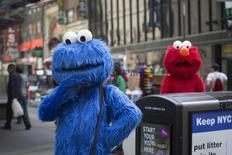 """Personajes vestidos como el """"Monstruo come galletas"""" (izqda.) y """"Elmo"""" de Plaza Sésamo, posan para fotografías en Nueva York, 9 de abril de 2013. Los productores del programa de televisión para niños """"Plaza Sésamo"""" alcanzaron un acuerdo de cinco años con el canal de cable HBO que aportará el tan necesitado financiamiento para el futuro del galardonado show, dijeron las compañías el jueves. REUTERS/Shannon Stapleton"""