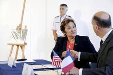 Sarah Saldana cumprimenta vice-chefe de missão francesa Frederic Dore em Washington.  13/8/2015.   REUTERS/Jonathan Ernst