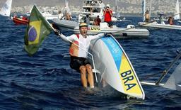 Robert Scheidt comemora conquista da medalha de ouro em Atenas-2004.   22/8/2004