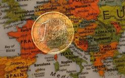 Ilustración fotográfica que muestra una moneda de un euro y un mapa de Europa, 9 de enero de 2013. El crecimiento económico de la zona euro se ralentizó en el segundo trimestre debido a que Francia se estancó e Italia perdió impulso, luego de que el bloque se viera afectado por el incierto panorama global que incluso está debilitando la inversión en Alemania. REUTERS/Kai Pfaffenbach