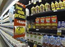 Leche a la venta en una tienda Ralphs, en Del Mar, California, 6 de marzo de 2013. Los precios al productor en Estados Unidos subieron por tercer mes consecutivo en julio, aunque las presiones inflacionarias siguen siendo benignas en medio de bajos precios del petróleo y la fortaleza del dólar. REUTERS/Mike Blake