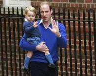Príncipe William e seu filho George em Londres.   02/05/2015     REUTERS/Cathal McNaughton