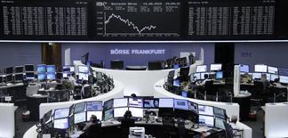 Operadores en sus puestos de trabajo en la bolsa alemana de comercio en Fráncfort, ago 14 2015. Las acciones europeas cayeron el viernes y cerraron su peor semana en más de un mes, bajo el impacto de la decisión de las autoridades de China de devaluar el yuan.  REUTERS/Staff/remote
