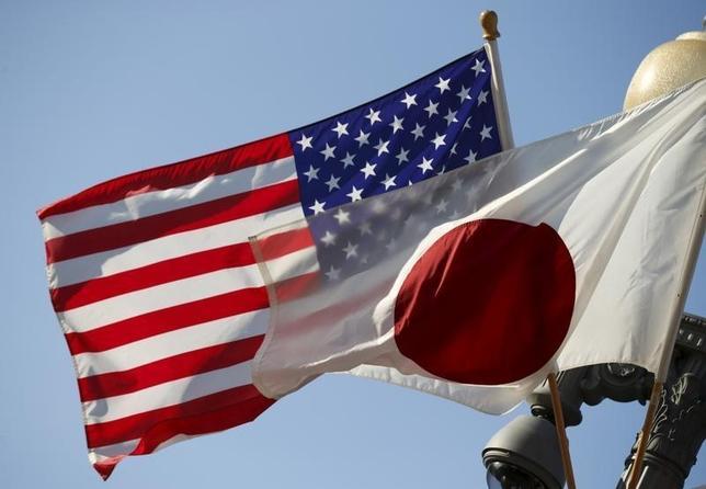 8月14日、戦後70年談話について、米国家安全保障会議は歓迎する意向を表明した。写真はホワイトハウス前に掲げられた日米両国旗。4月撮影(2015年 ロイター/Kevin Lamarque)