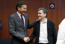 Presidente do Eurogrupo, Jeroen Dijsselbloem (esquerda), cumprimenta o ministro das Finanças grego, Euclid Tsakalotos, no início de uma reunião em Bruxelas, na Bélgica, nesta sexta-feira. 14/08/2015 REUTERS/François Lenoir