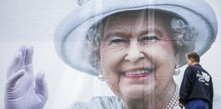 Imagen de archivo. Cartel de la Reina Isabel II sobre la Universidad Técnica de Berlín, 19 jun, 2015. La reina Isabel II, que logró un gran apoyo a la monarquía pese a liderar la que fue calificada una vez como la familia disfuncional más famosa del mundo, se convertirá el próximo mes en la monarca con el reinado más largo del Reino Unido. REUTERS/Hannibal Hanschke