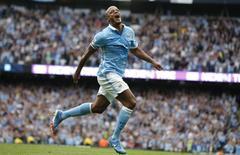 Zagueiro Vincent Kompany, do Manchester City, comemora gol marcado contra o Chelsea pelo Campeonato Inglês. 16/08/2015 REUTERS/Andrew Yates