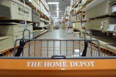 Home Depot a fait état mardi de résultats trimestriels légèrement supérieurs aux attentes, le numéro un mondial des magasins de bricolage ayant tiré parti d'une amélioration du marché immobilier aux Etats-Unis. /Photo d'archives/REUTERS/Jim Young
