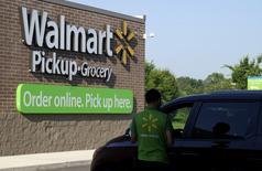 Wal-Mart Stores a annoncé mardi un résultat trimestriel inférieur aux attentes ainsi qu'une révision à la baisse de ses prévisions de bénéfice annuel, ce qui entraîne un recul de 2,6% de l'action du numéro un mondial de la distribution dans des échanges d'avant-Bourse. /Photo prise le 4 juin 2015/REUTERS/Rick Wilking