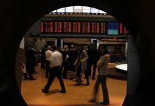 Unos visitantes en la rueda de operaciones de la Bolsa de Valores de Sao Paulo, ago 10 2011. El principal índice de acciones de Brasil avanzaba el martes hacia su sexta caída consecutiva, con el principal índice cerca de los 46.000 puntos, en un ambiente más defensivo mientras se espera definición en la política local en los próximos días.  REUTERS/Paulo Whitaker