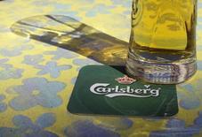 Логотип Carlsberg в баре в Риге 6 мая 2013 года. Операционная прибыль четвертого крупнейшего пивовара планеты Carlsberg оказалась ниже ожиданий во втором квартале, виной чему прохладная погода в Северной Европе и ослабление рынков Восточной Европы. RESULTS/ REUTERS/Ints Kalnins