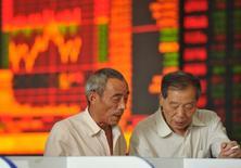 Inversores miran las pantallas de computadores que muestran la información de las acciones, en una correduría en Fuyang, 20 de agosto de 2015. Las acciones chinas volvieron a desplomarse el jueves, poniendo de relieve la frágil confianza de los inversores en el mercado mientras persisten las preocupaciones sobre la segunda mayor economía del mundo. REUTERS/China Daily