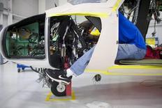Un técnico de aviación ensambla un helicóptero S-76D en Sikorsky Global Helicopters, en Coatesville, Pensilvania, 16 de octubre de 2014. La actividad fabril de la zona norte de la Costa Este de Estados Unidos se expandió en agosto a un mayor ritmo de lo esperado, mostró el jueves un sondeo. REUTERS/Mark Makela