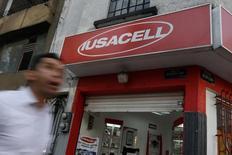 Una tienda de Iusacell en Ciudad de México, sep 10 2014. La inversión extranjera directa (IED) a México creció un 135.2 por ciento interanual en el segundo trimestre del año, a 5,419 millones de dólares, dijo el jueves el Gobierno.  REUTERS/Tomas Bravo (MEXICO)