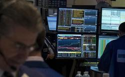 Un terminal de Bloomberg funcionando en la bolsa de Wall Street en Nueva York, abr 17 2015. La agencia de noticias financieras Bloomberg planea recortar unos 100 puestos de trabajo en su división editorial, reportó el New York Post.  REUTERS/Brendan McDermid