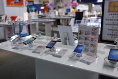 A Shanghai. Les ventes de smartphones ont, pour la première fois, reculé au deuxième trimestre en Chine, suggérant que le premier marché mondial pour ce type d'appareils a atteint son point de saturation, selon une étude publiée jeudi par le cabinet Gartner. /Photo prise le 24 juin 2015/REUTERS/Aly Song