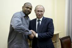 Russian President Vladimir Putin (R) meets with U.S. boxer Roy Jones, Jr. in Sevastopol, Crimea, August 19, 2015. REUTERS/Aleksey Nikolskyi/RIA Novosti/Kremlin