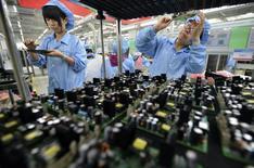 Funcionárias de fábrica de eletrônicos em Wuhan, na China.   27/07/2015   REUTERS/China Daily