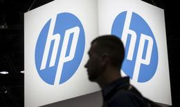 Un asistente camina junto al logo de Hawlett-Packard (HP), en la conferencia teconológica Microsoft Ignite, en Chicago, 4 de mayo de 2015. Hewlett-Packard Co reportó el jueves una caída de sus ingresos por cuarto trimestre consecutivo por un descenso en las ventas de computadoras personales y una menor demanda de las empresas por sus servicios. REUTERS/Jim Young